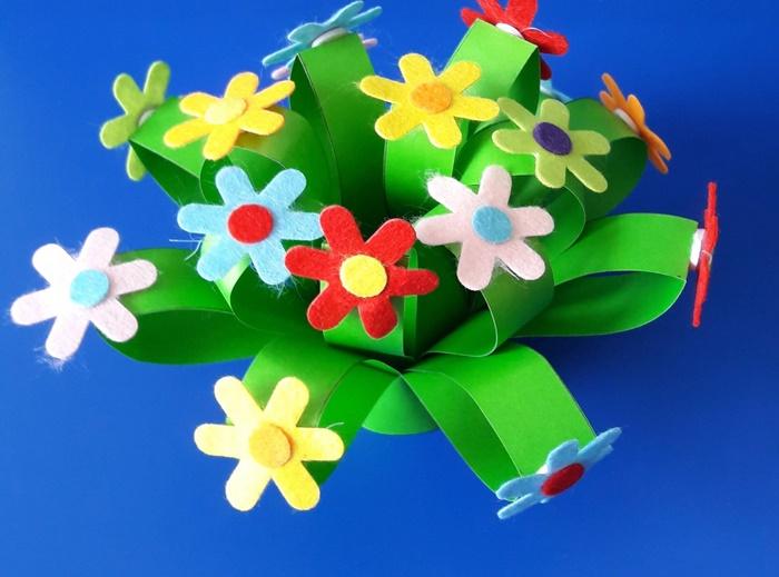 Praca plastyczna zokazji Dnia Kobiet - przyklejanie kwiatów.