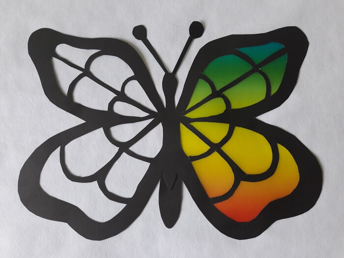 Motyl-witraż z papieru - podklejanie papierem witrażowym