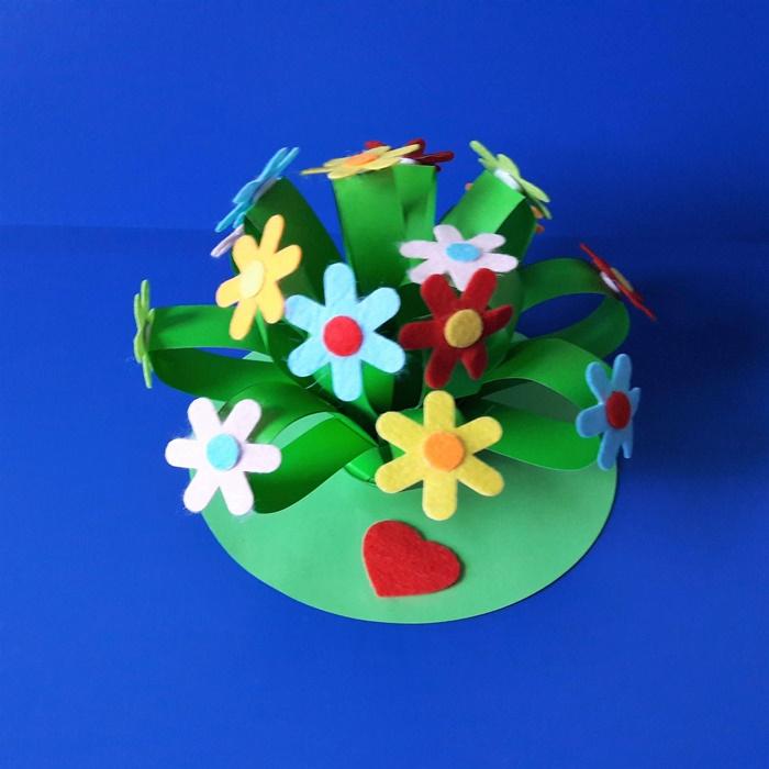 Praca plastyczna z okazji Dnia Kobiet - bukiet ficowych kwiatów