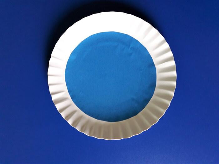 Przebiśniegi z papieru na talerzyku papierowym