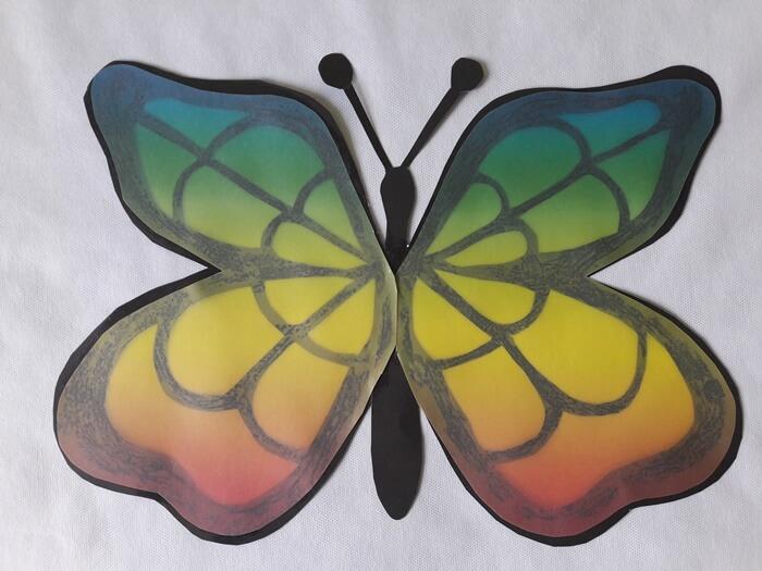 Motyl-witraż zpapieru - podklejanie papierem witrażowym