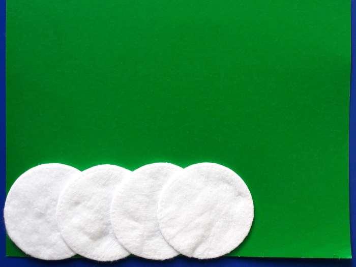 Biała choinka zpatyczków higienicznych
